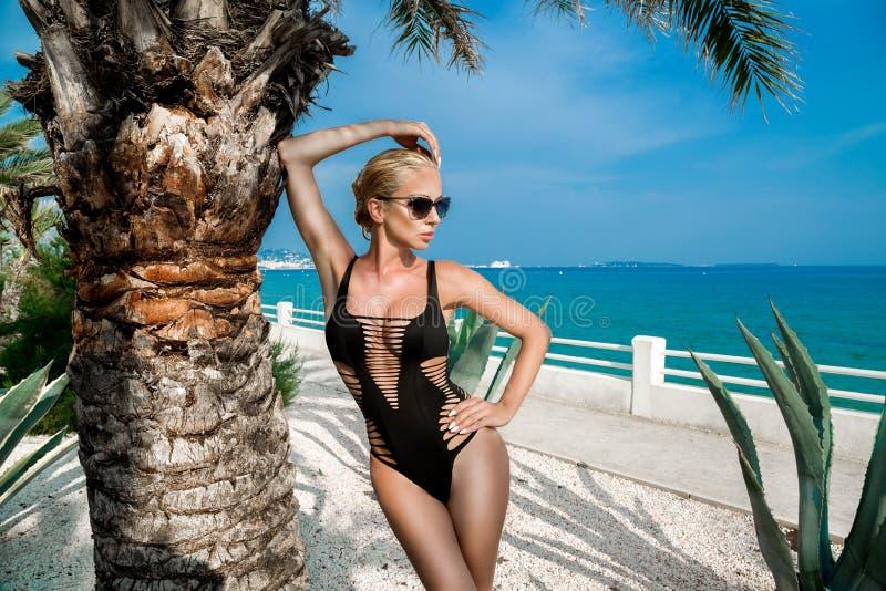 Schöne phänomenale erstaunliche elegante sexy blonde vorbildliche Luxusfrau mit dem perfekten Körper, der einen Eyewear trägt, So stockfoto