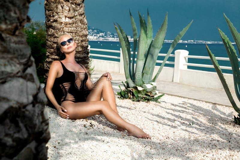 Schöne phänomenale erstaunliche elegante sexy blonde vorbildliche Luxusfrau mit dem perfekten Körper, der einen Eyewear trägt, So lizenzfreies stockbild