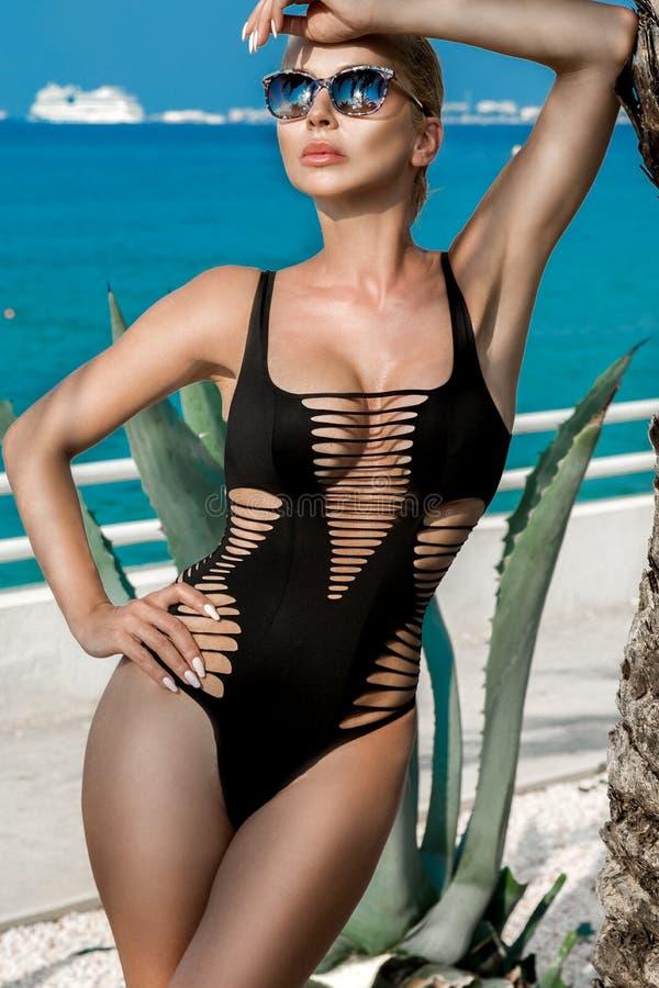 Schöne phänomenale erstaunliche elegante sexy blonde vorbildliche Luxusfrau mit dem perfekten Körper, der einen Eyewear trägt, So stockbild
