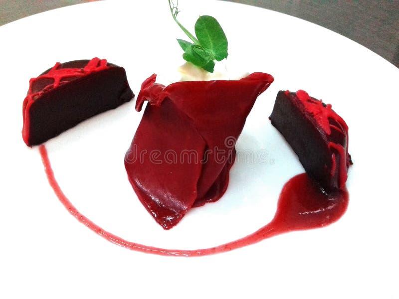 Schöne Platte roten choco Kuchens oben stockbilder