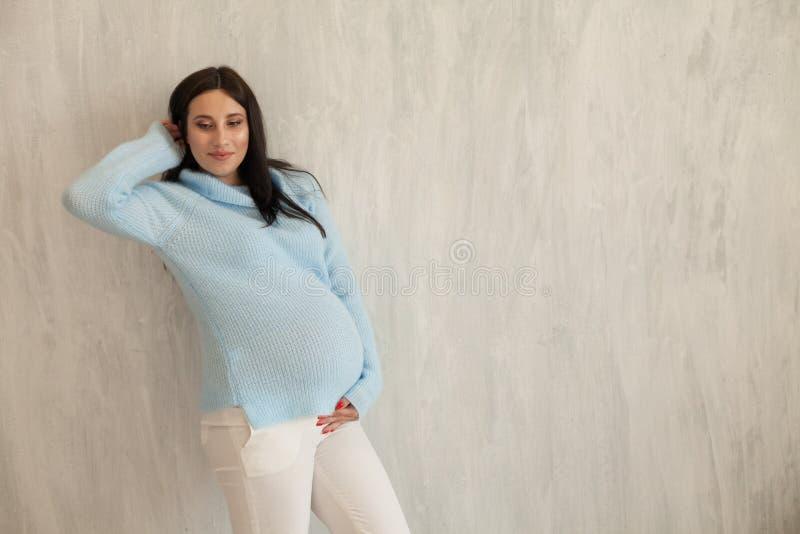 Schöne Porträtklassen Familienglück der schwangeren Frau lizenzfreie stockfotografie