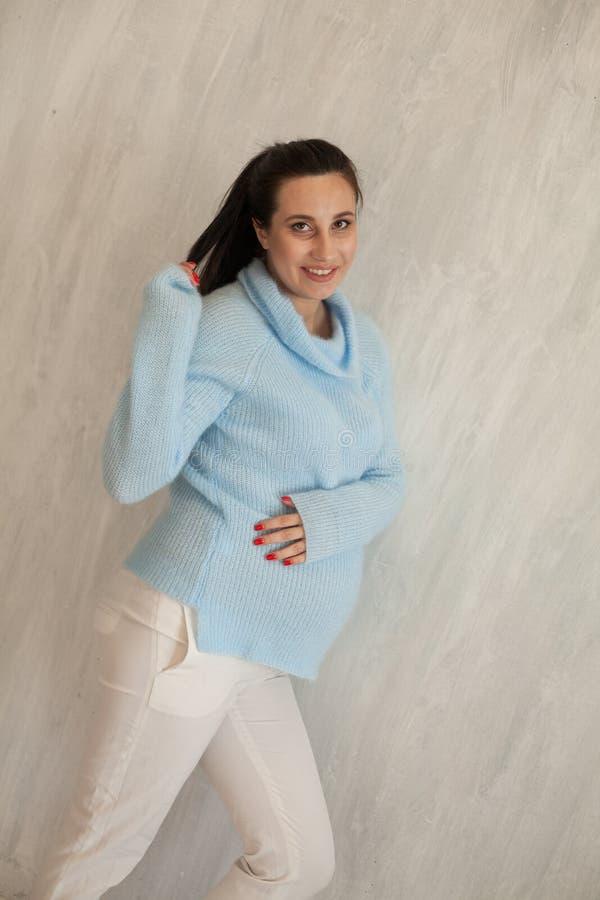 Schöne Porträtklassen Familienglück der schwangeren Frau lizenzfreies stockbild