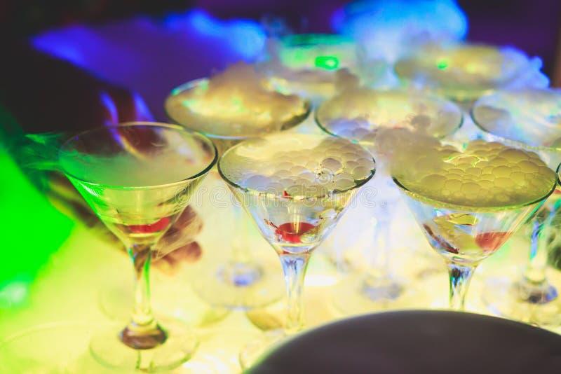 Schöne Pyramidenlinie von verschiedenen farbigen Alkoholcocktails mit Minze auf Weihnachtsfest, Tequila, Martini, Wodka und ander lizenzfreie stockfotos