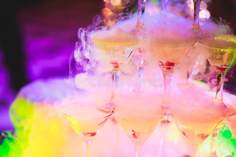 Schöne Pyramidenlinie von verschiedenen farbigen Alkoholcocktails mit Minze auf Weihnachtsfest, Tequila, Martini, Wodka und ander lizenzfreie stockbilder