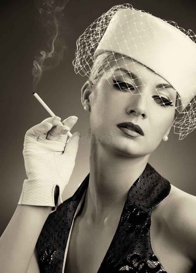 Download Schöne rauchende Frau stockfoto. Bild von make, attraktiv - 9076288