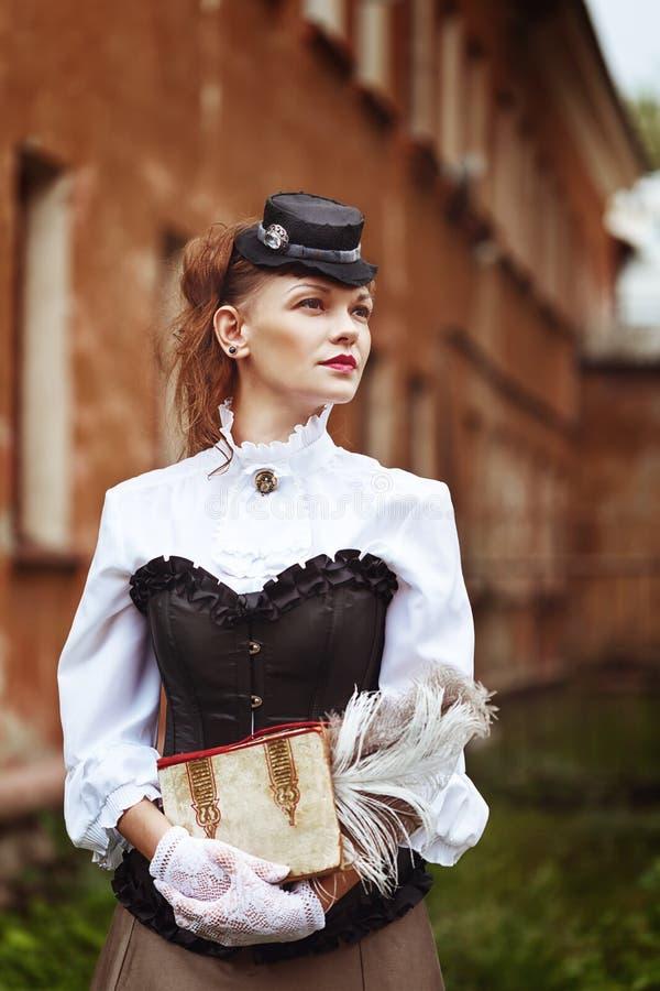 Schöne redhair Frau in der Weinlesekleidung stockfotografie