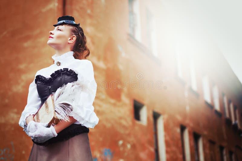 Schöne redhair Frau in der Weinlesekleidung lizenzfreie stockfotos
