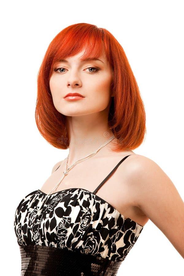 Schöne Redheadfrau im Schwarzweiss-Kleid lizenzfreie stockbilder