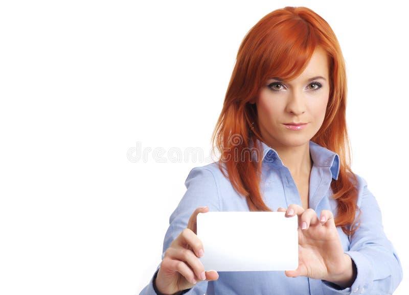 Schöne Redheadfrau mit notecard. lizenzfreie stockbilder