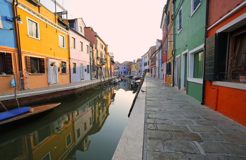 schöne Reflexionen der bunten Häuser von Burano nahe Ven lizenzfreies stockbild