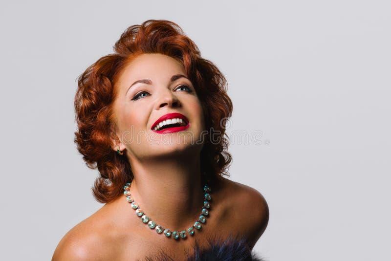 Schöne reife Rothaarigefrau im Bild von Marilyn Monroe lizenzfreies stockfoto