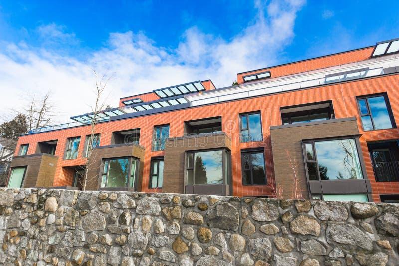 Schöne Reihenhausneuentwicklung Moderner Appartementkomplex im Bau lizenzfreies stockbild