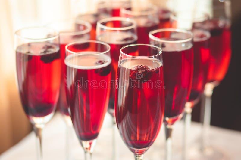 Schöne Reihenlinie von verschiedenen farbigen Alkoholcocktails mit m lizenzfreies stockfoto