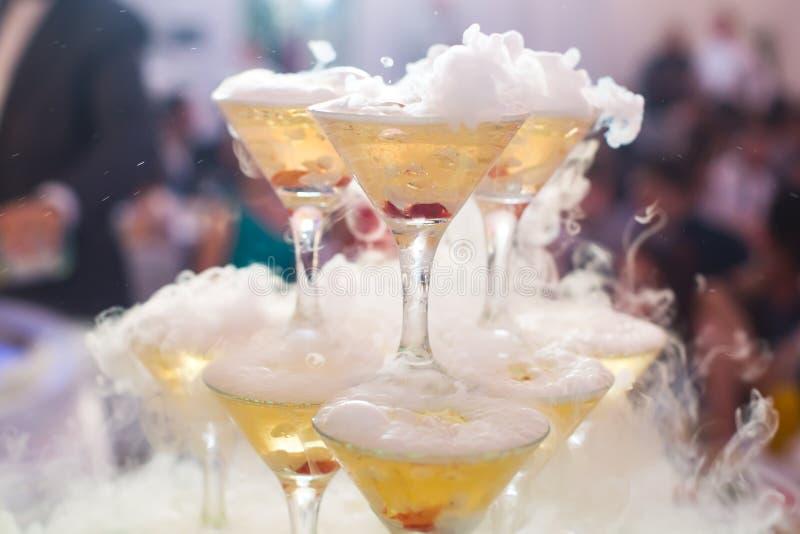 Schöne Reihenlinie von verschiedenen farbigen Alkoholcocktails mit m stockbilder