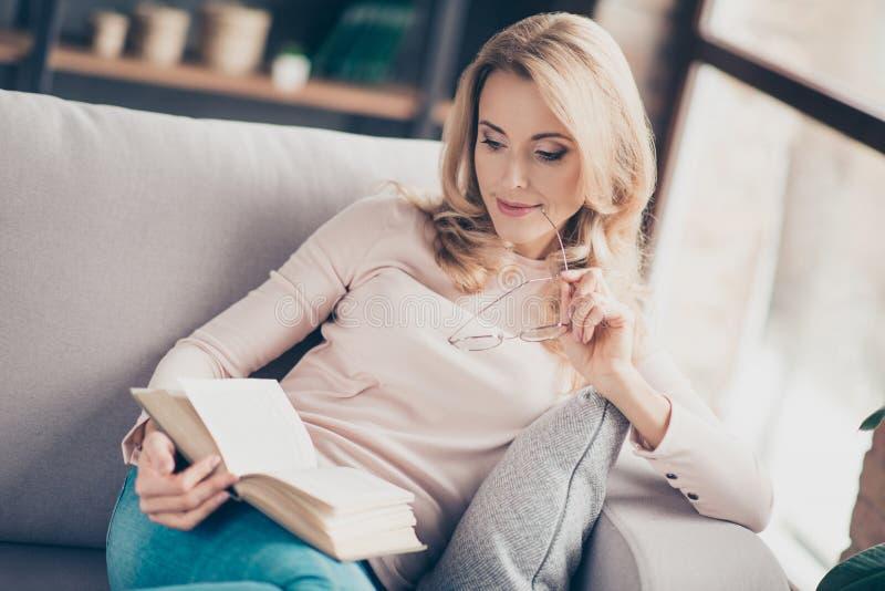 Schöne reizend intelligente kluge intelligente lächelnde Frau mit b lizenzfreies stockbild