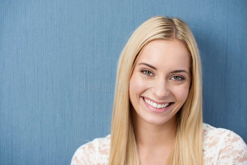 Schöne reizend junge blonde Frau stockbild