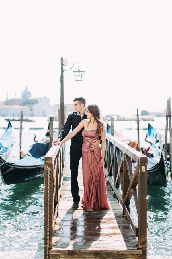Schöne reizende Paare vor San Giorgio Maggiore Island, Venedig stockfotografie
