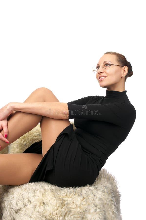 Schöne reizvolle Frau im schwarzen Kleid lizenzfreie stockfotografie