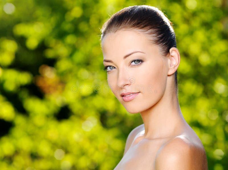Schöne reizvolle Frau mit gesunder Haut des Gesichtes stockfotografie
