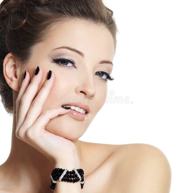 Schöne reizvolle Frau mit schwarzen Nägeln stockfotografie