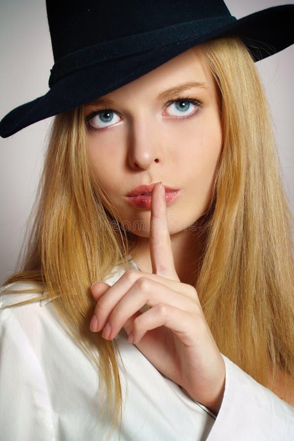 Schöne reizvolle junge Frau mit schwarzem Hut stockbilder