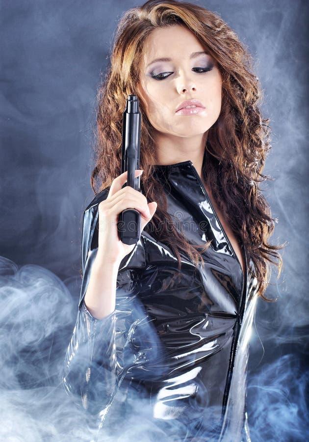 Schöne reizvolle Mädchenholdinggewehr lizenzfreies stockfoto