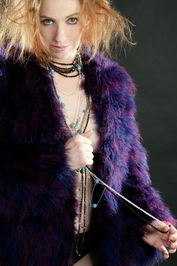 Download Schöne Reizvolle Redheadfrau, -mantel Und -schmucksachen Stockbild - Bild von schwarzes, schönheit: 9095753