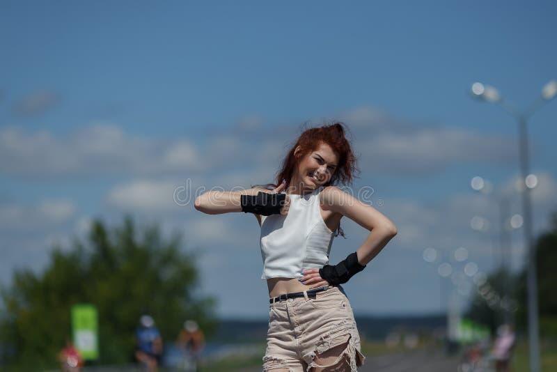 Schöne Rollschuhlaufen des jungen Mädchens lizenzfreie stockfotos