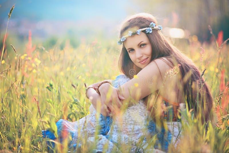 Schöne romantische Frau auf dem Blumengebiet stockfoto