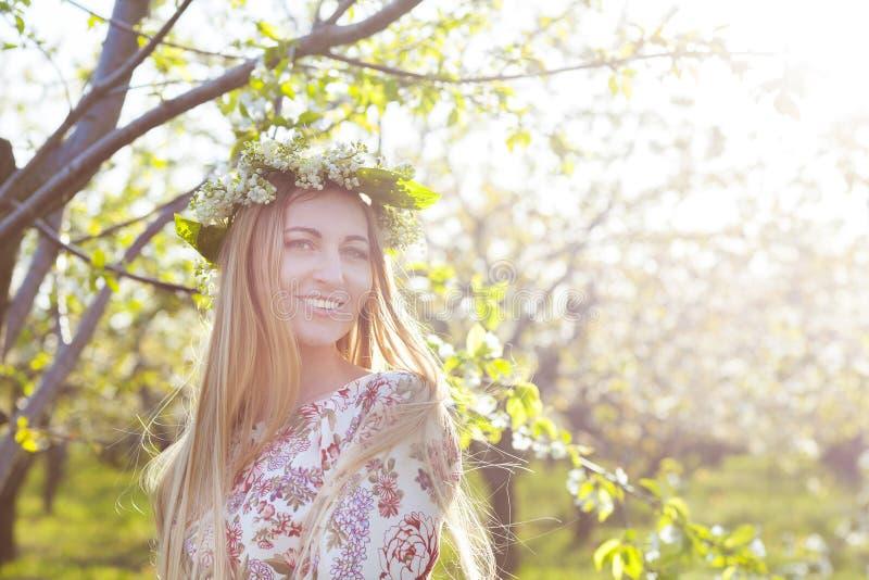 Schöne romantische Frau mit dem langen blonden Haar in einem Kranz stockfotos