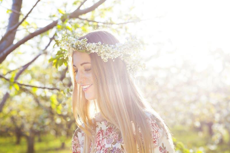 Schöne romantische Frau mit dem langen blonden Haar in einem Kranz von lil stockbild