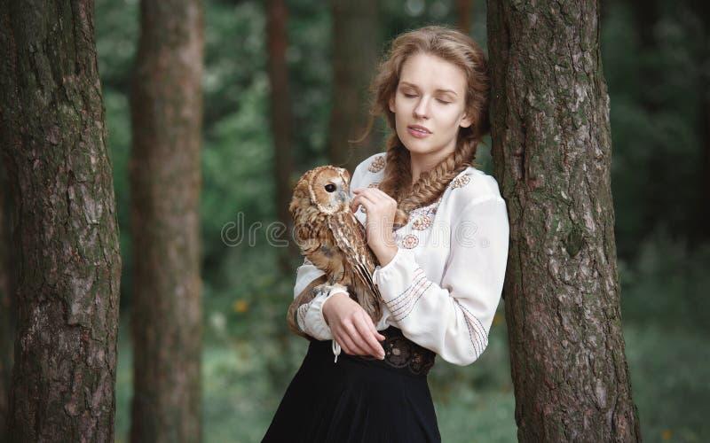 Schöne romantische Frau mit einer Eule Der Vogel sitzt auf ihrer Hand stockfotos