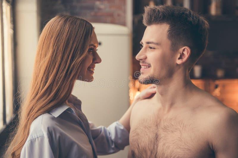 Schöne romantische Paare stockbilder