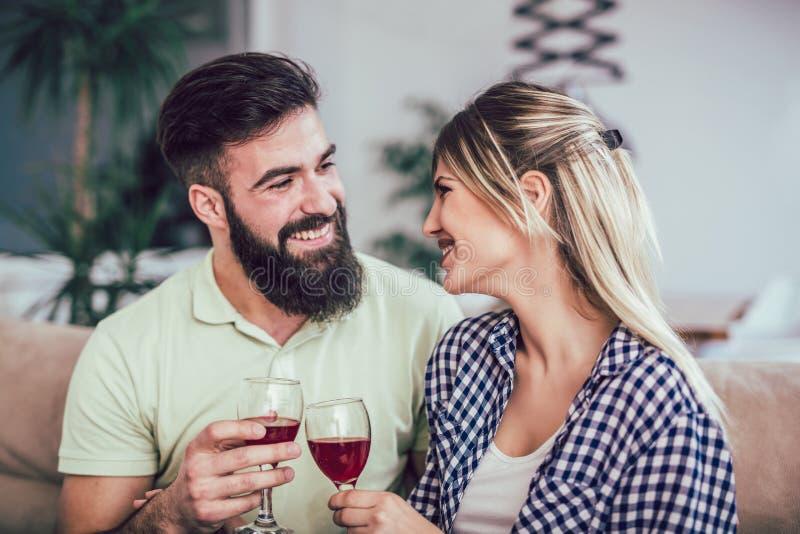 Schöne romantische Paare, die romantische Momente, trinkenden Rotwein haben lizenzfreie stockfotografie
