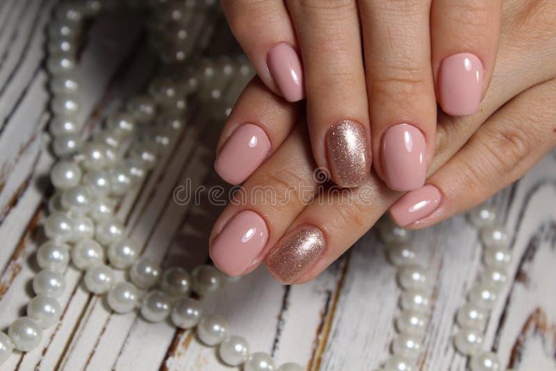 Schöne rosa Maniküre stockbilder