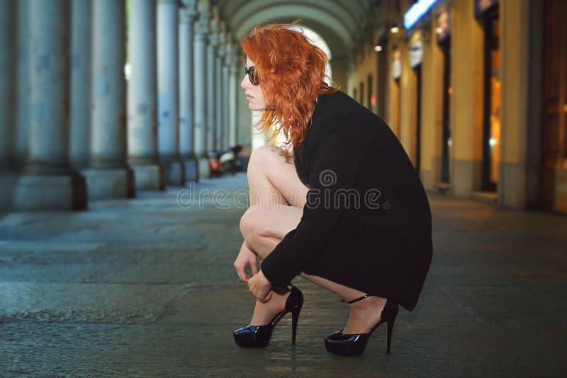 Schöne rote Haarfrau in der Stadtgalerie lizenzfreies stockbild