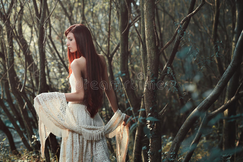Schöne rote Haarfrau im Wald lizenzfreie stockfotos