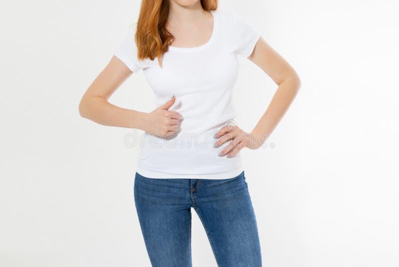 Schöne rote Haarmädchenshow wie Zeichen auf einem weißen T-Shirt lokalisiert Rote Hauptfrau des h?bschen L?chelns in T-Shirt Spot lizenzfreie stockfotos
