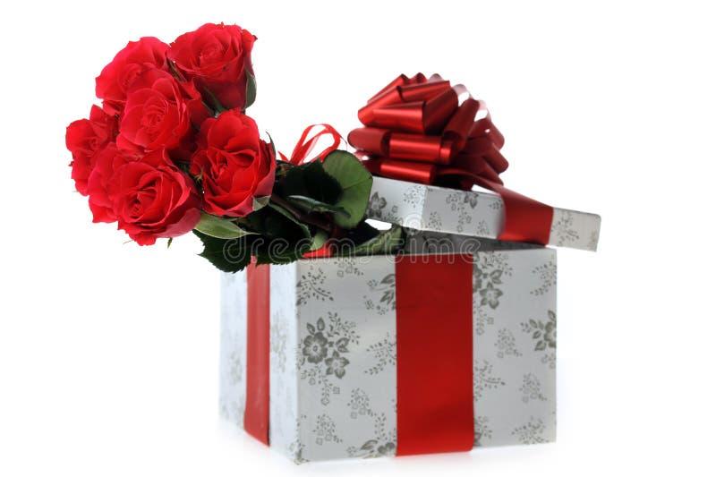 Schöne rote Rosen und Geschenk stockfoto