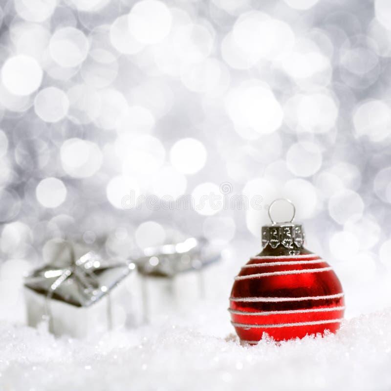 Schöne rote und silberne Weihnachtsdekoration stockbilder