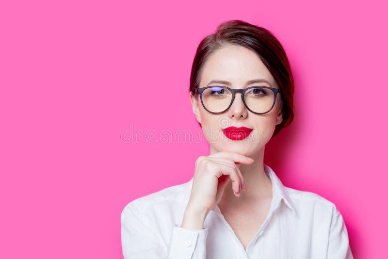Schöne rothaarige Geschäftsfrau lizenzfreie stockfotografie