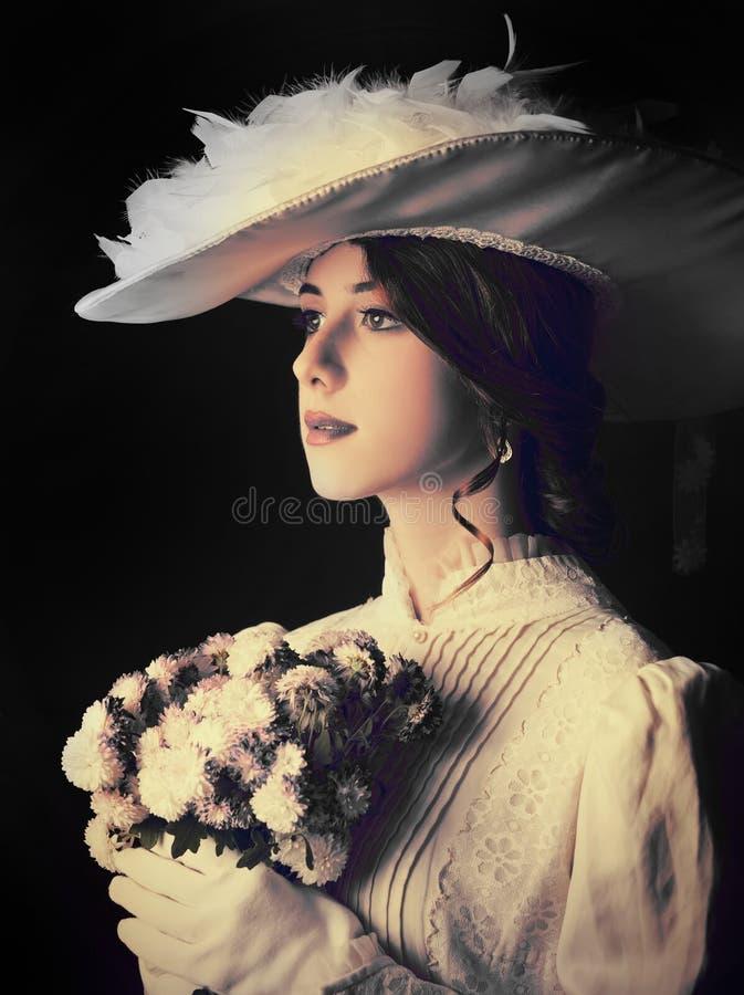 Schöne Rothaarigefrauen mit Blumenstrauß lizenzfreie stockbilder