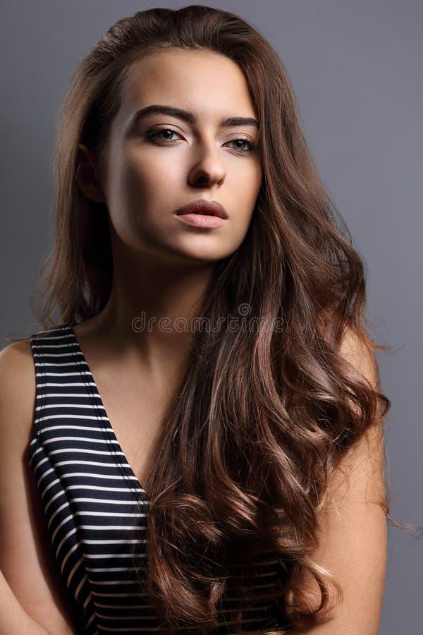 Schöne ruhige Gefühlfrau mit nacktem natürlichem Make-up und langem b lizenzfreie stockfotografie