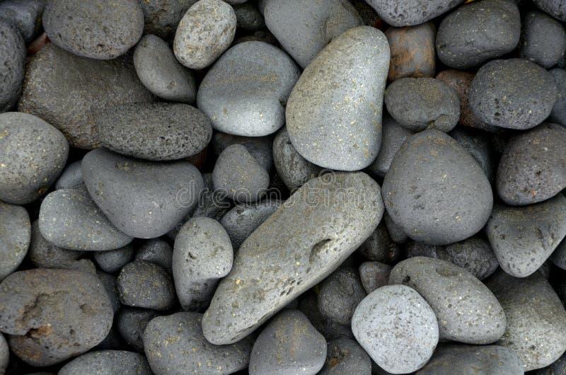 Schöne runde Basaltsteine auf Küste lizenzfreie stockfotografie