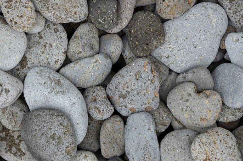Schöne runde Basaltsteine auf Küste stockfotos