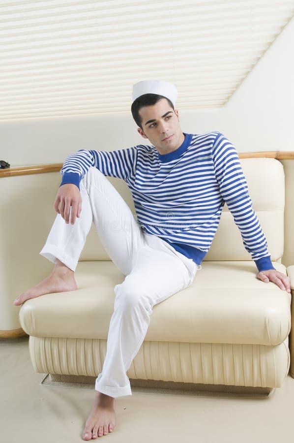 Schöne sailorman tragende Seemannkleidung stockbild