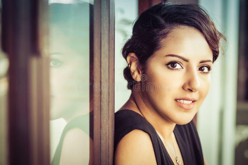 Schöne saudi-arabische Frau stockbild