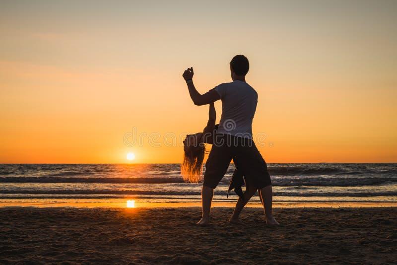 Schöne Schattenbilder von Tänzern bei Sonnenuntergang lizenzfreies stockbild