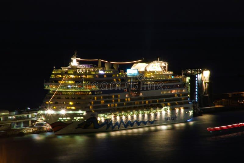 Schöne Schiffe und Kreuzfahrtschiffe stockfotos