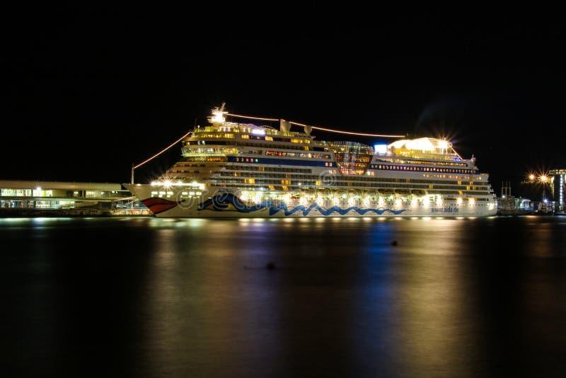 Schöne Schiffe und Kreuzfahrtschiffe lizenzfreie stockfotos